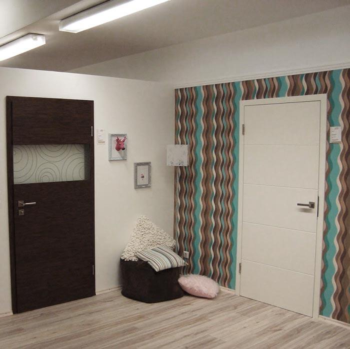 Dekortür mit Lichtausschnitt und Weißlacktür mit Lisenen in der Türenausstellung von HolzLand Verbeek