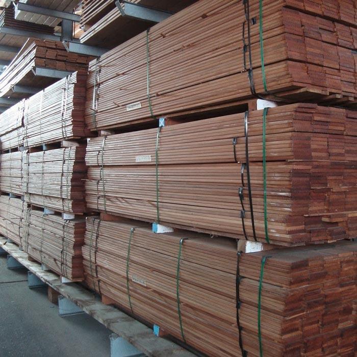 Holz bis an die Decke gestapelt im Lager von HolzLand Verbeek