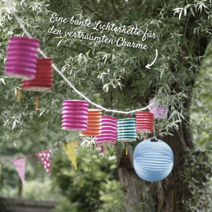 Bunte Lichterkette von Baum zu Baum im Garten – HolzLand Verbeek