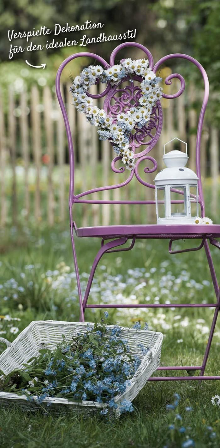 Verspielter Gartenstuhl aus Metall, Laterne und Blumengebinde – HolzLand Verbeek