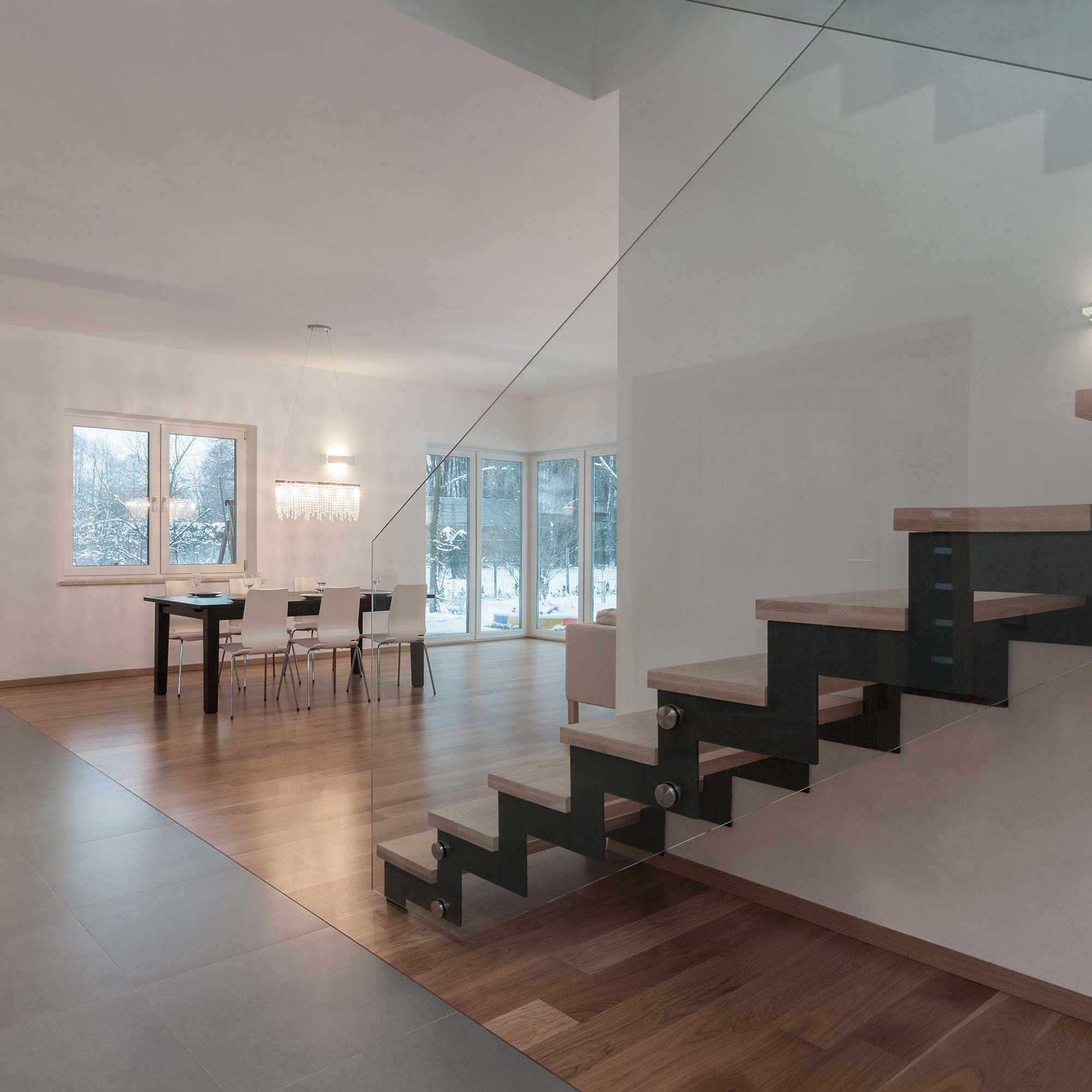Treppe mit Glasgeländer und moderner Einrichtung   Holzland Verbeek