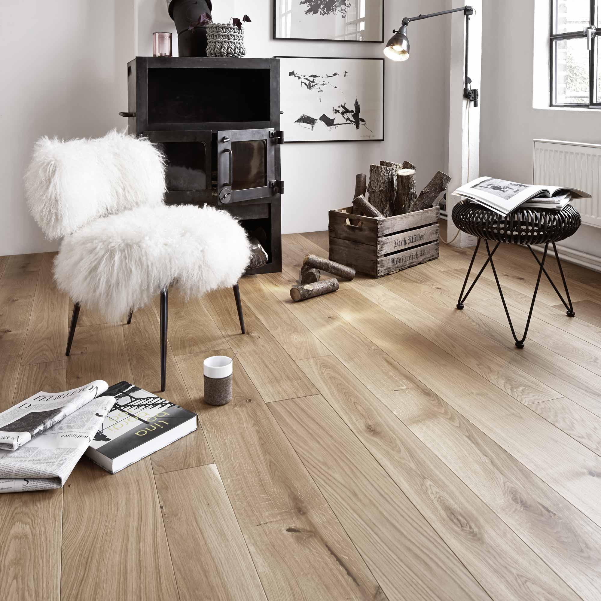 Boden aus Massivholzdielen im Wohnzimmer   Holzland Verbeek