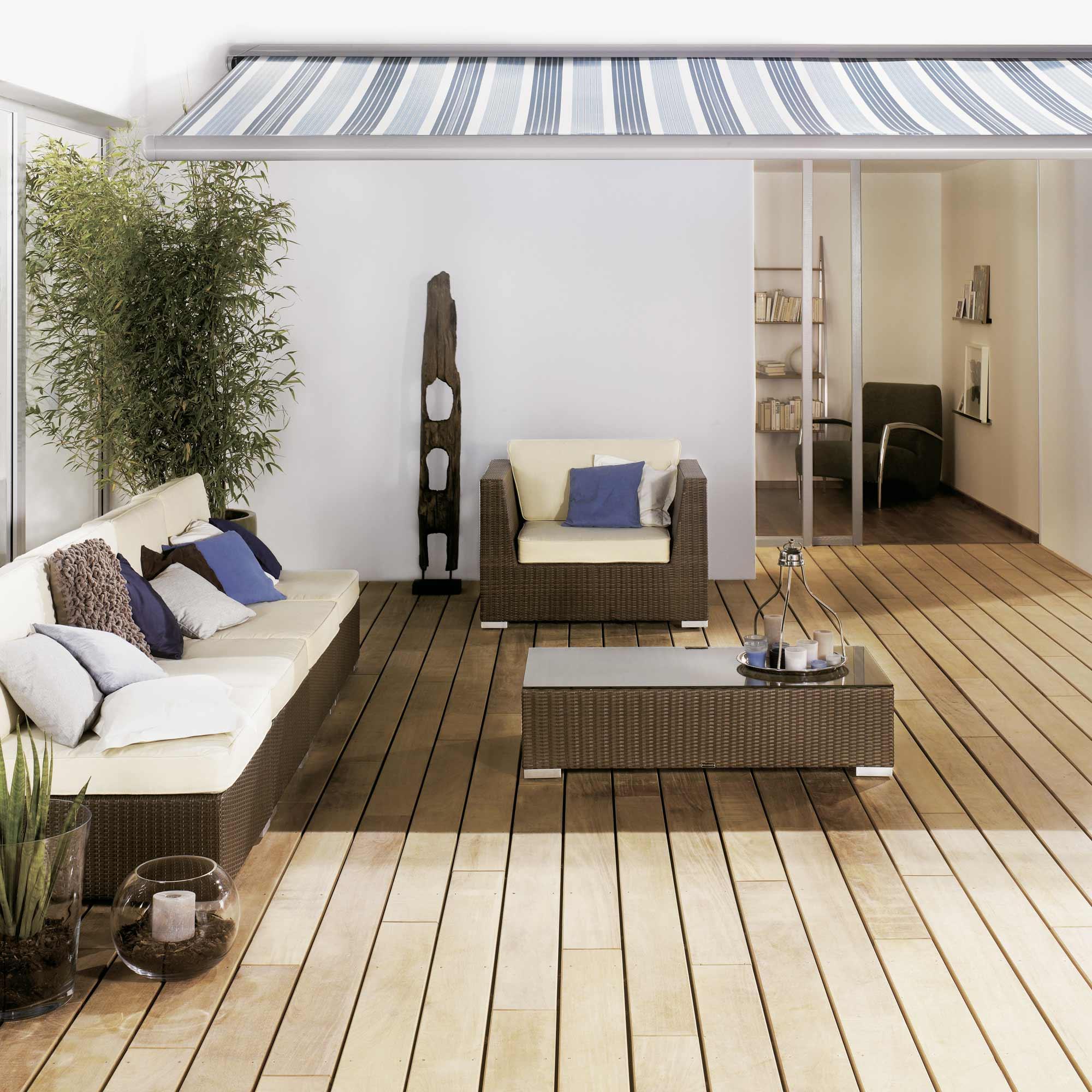 Terrassendielen aus Holz mit Gartenmöbeln dekoriert   Holzland Verbeek
