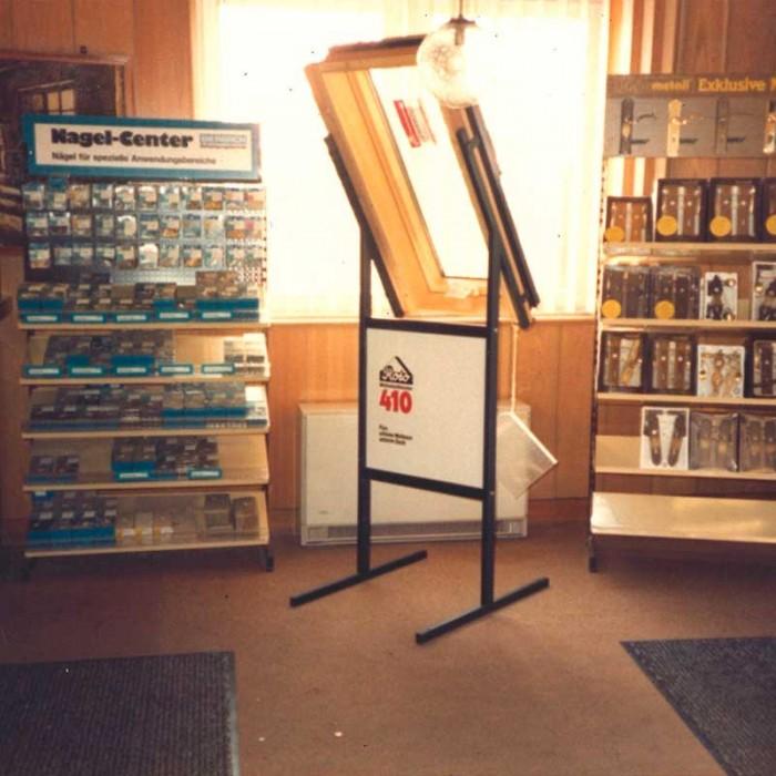 Blick in die Ausstellung: Dachfenster, Nagelsortiment und Zubehör