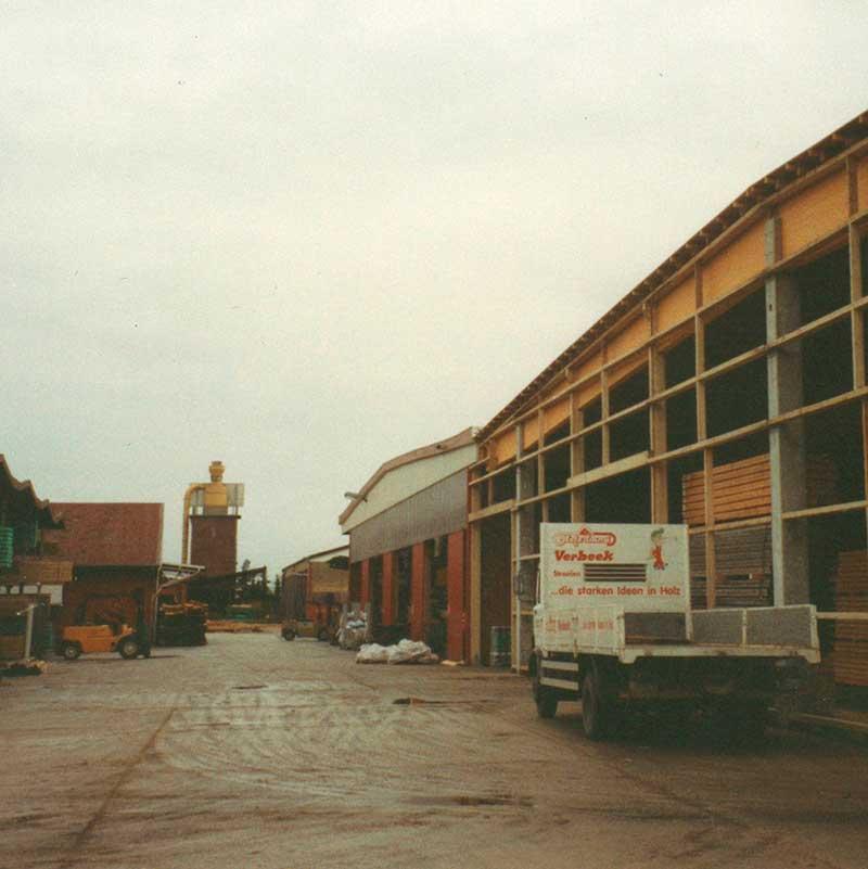 Blick auf die großen Lagerhallen auf dem Betriebsgelände von Holzland Verbeek