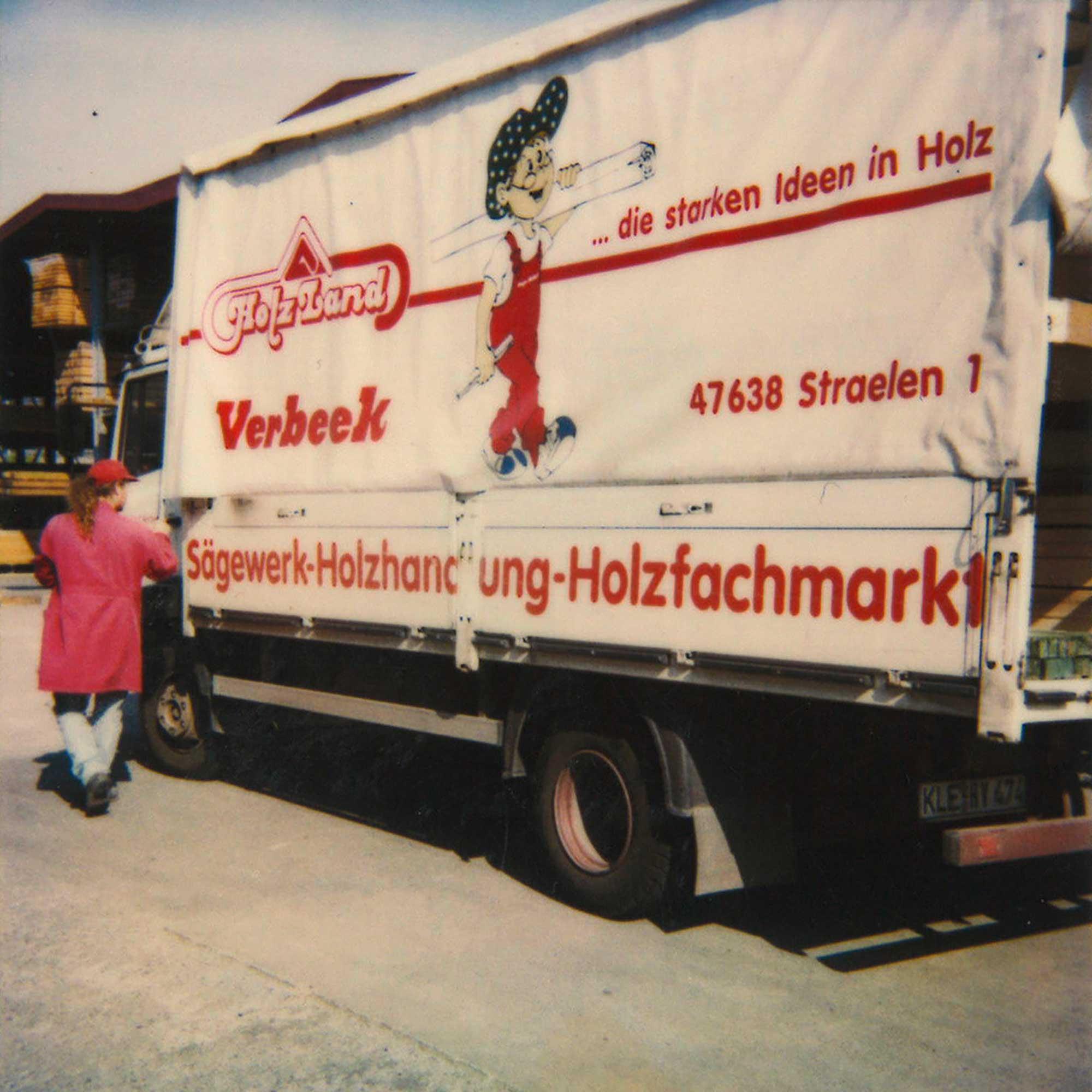 Verbeek-LKW vor dem riesigen Holzlager in Straelen
