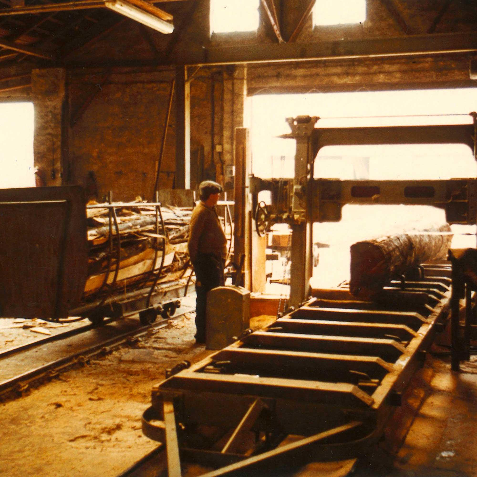 Mann im Sägewerk bei HolzLand Verbeek