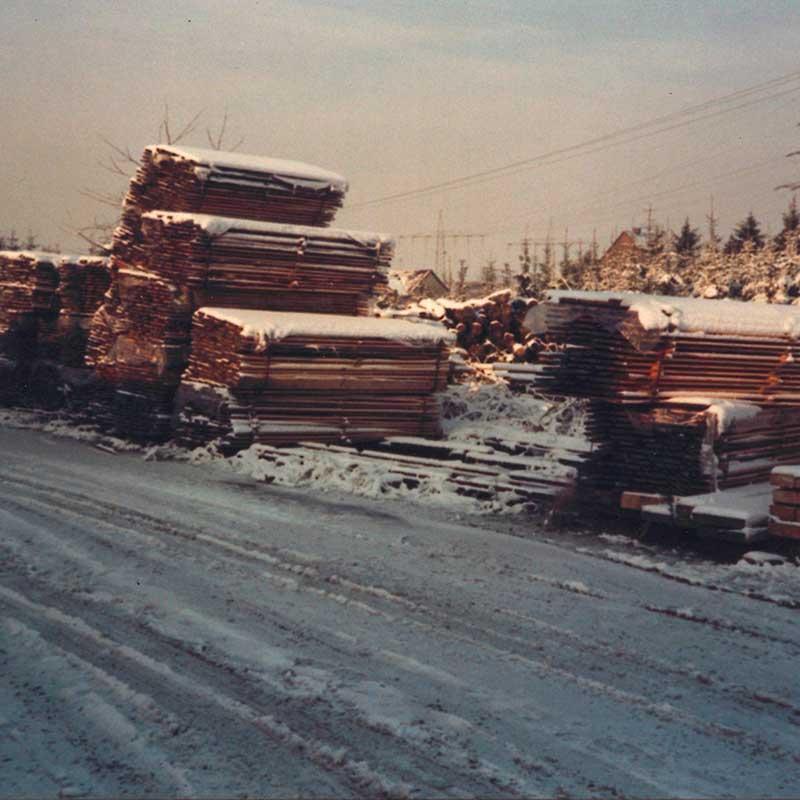 Das verschneite Holzlager von HolzLand Verbeek in Straelen.