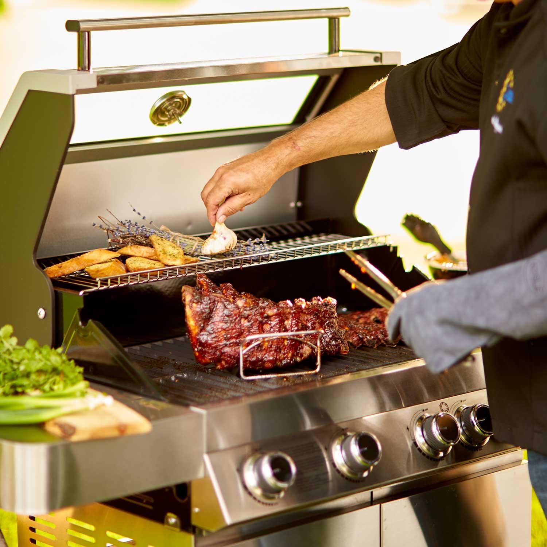 Rösle Grill Modern Style mit Steak und Kräutern   Holzland Verbeek