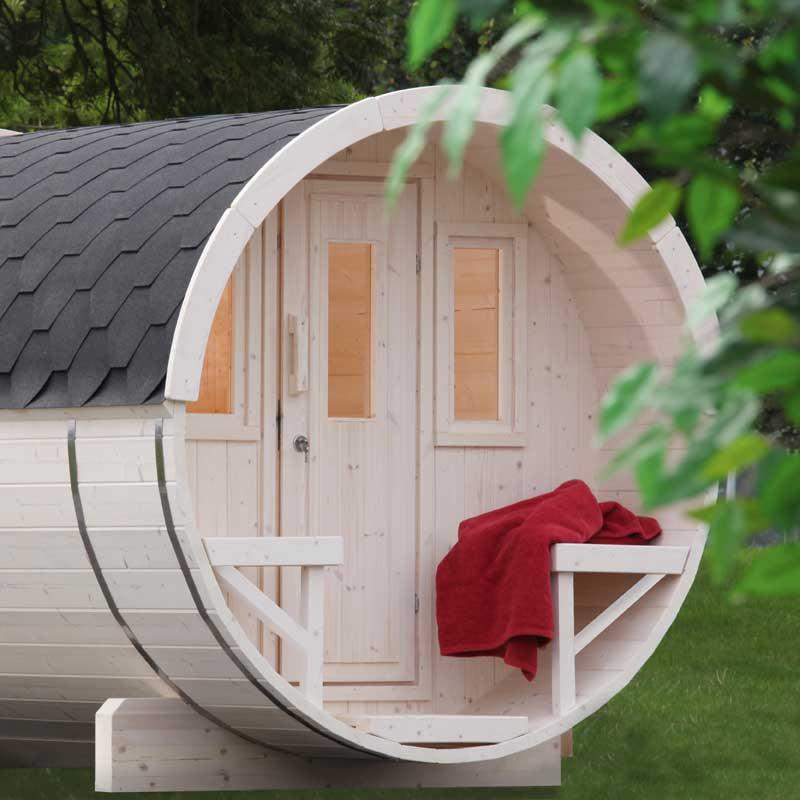 Saunafass von Finnhaus im Garten mit Handtuch | Holzland Verbeek