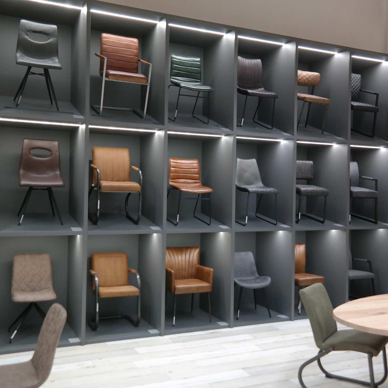 Stühle im Regal in der Ausstellung | Holzland Verbeek